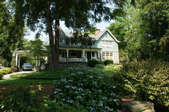 Black Walnut Bed and Breakfast Inn: Front Exterior - BEAUTIFUL