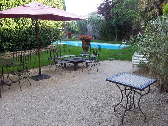 Le Clos du Buis : Courtyard with garden and pool