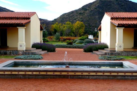 Vinas de Cafayate Wine Resort: The central fountain in the middle of the courtyard