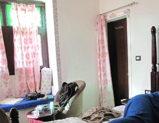 Backpacker Panda Lake Pichola Udaipur: Blumenranken und die Sitznische am Fenster