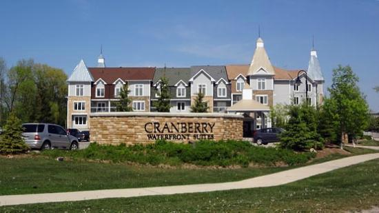 Living Stone Golf Resort: Front view of Cranberry Waterfront Suites
