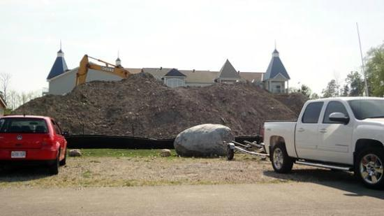 Living Stone Golf Resort: Construction spoils the back...and is noisy and dusty
