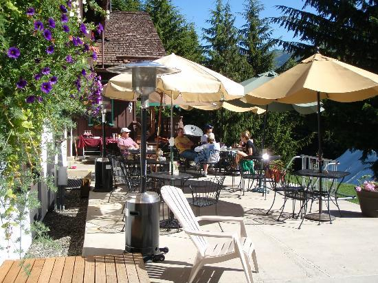 Crystal Mountain Hotels Alpine Inn: Sunny patio breakfast with the gang