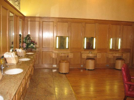 Glenfiddich Distillery: The Ladies Bathroom!