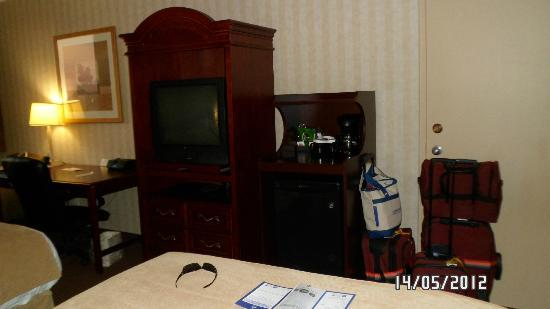 Best Western Plus Toronto Airport Hotel: tv & coffee station in room..