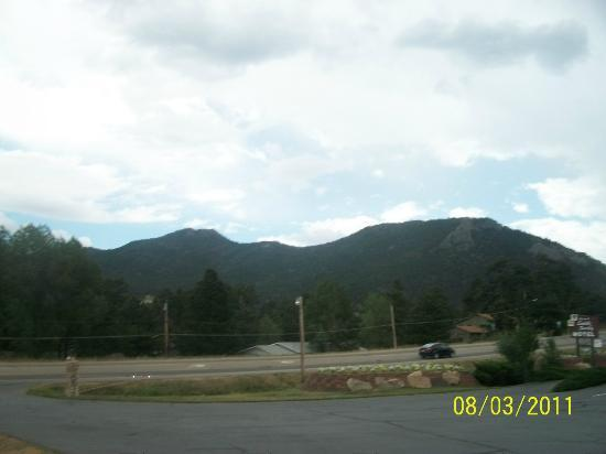 Saddle & Surrey Motel: The view of the mountains, as seen from our doorstep