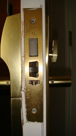 La Quinta Inn & Suites Phoenix Chandler: Unrepaired door damaged from kick-in