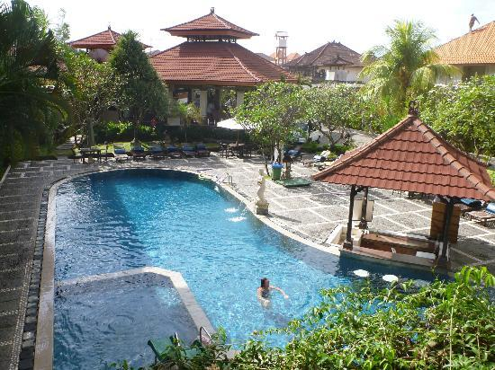 Adi Dharma Hotel: Swimming pool with swim-up bar next to it