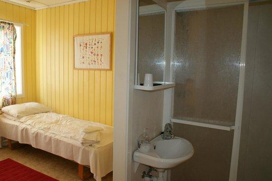 Stavanger Bed & Breakfast: Habitación con lavamanos y ducha