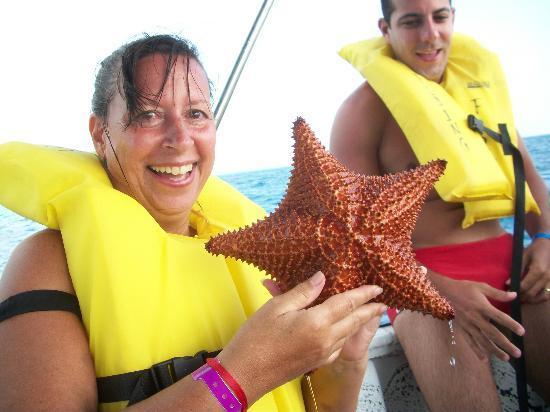 Royal Decameron Aquarium: foto con una estrella de mar, que luego es devuelta al mar