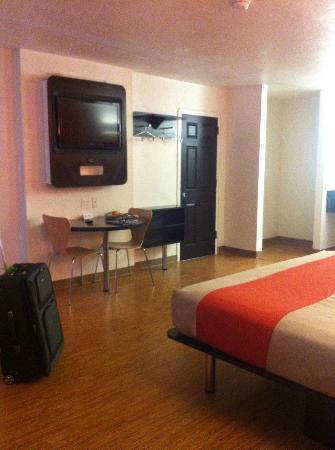 Motel 6 Uvalde: tv