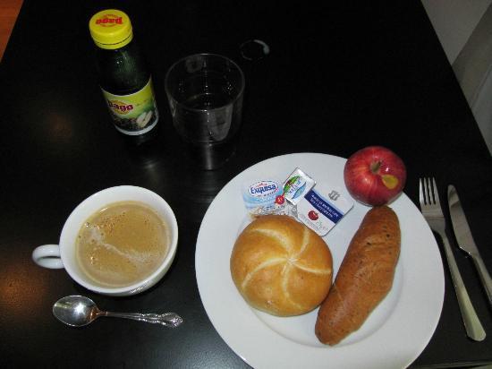 The Levante Laudon: 朝食です。 カフェラテは1階のエスプレッソ+牛乳で作りました。