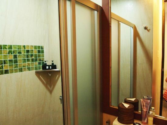 One Azul: The bathroom!