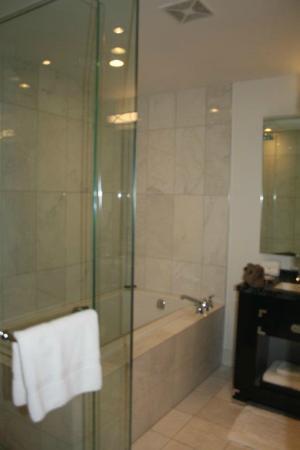 The Adelaide Hotel, Toronto: Salle de bain