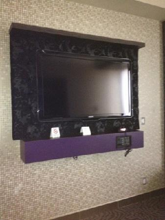 Fantasyland Hotel & Resort: tv in Hollywood suite