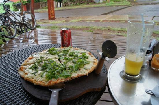 Casa Esquina Isla de Pascua: La présentation de la pizza,c'est pas beau ça !!!