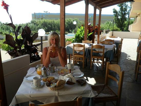 Hotel Albatros: Bilde fra spiseplassen på terrassen. Det er også spiseplass  inne.