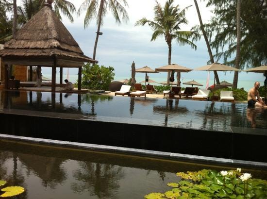 SALA Samui Resort And Spa: relaxing by the black pool