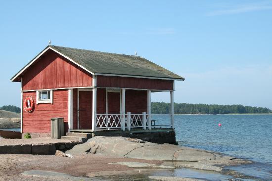 Pihlajasaari Recreational Park: quaint old Finnish house right on the shore