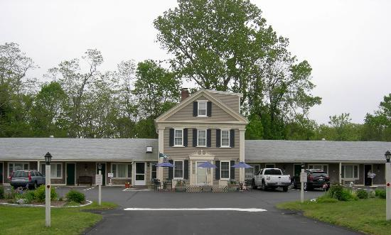 Eagle Wing Inn - Cape Cod: Motel is set back from street; no traffic noise problem
