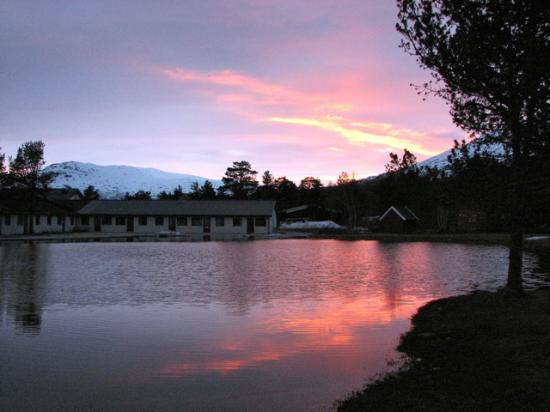 Bjorligard Hotell: Sunset by pond by hotel