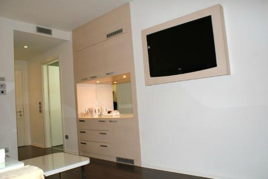 Laguna Palace Hotel: Wohnraum mit TV und Minibar