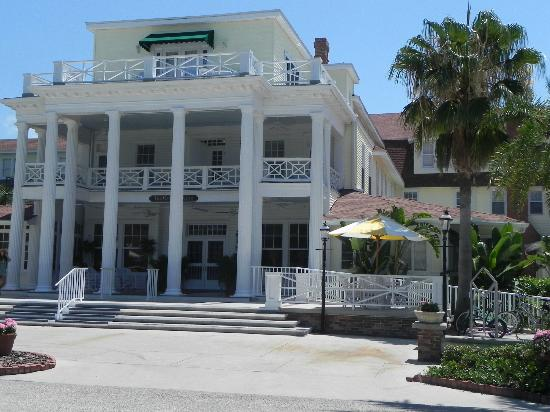 Gasparilla Inn & Club: Picture of front of Inn