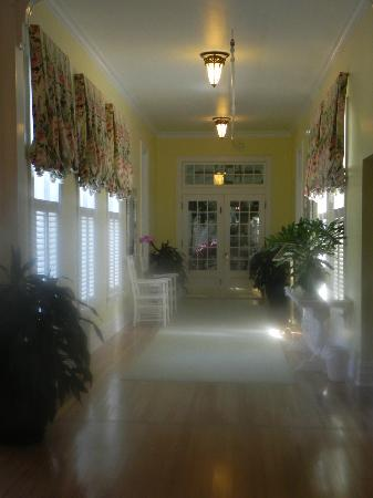 Gasparilla Inn & Club: Hall leading to beautiful dining room