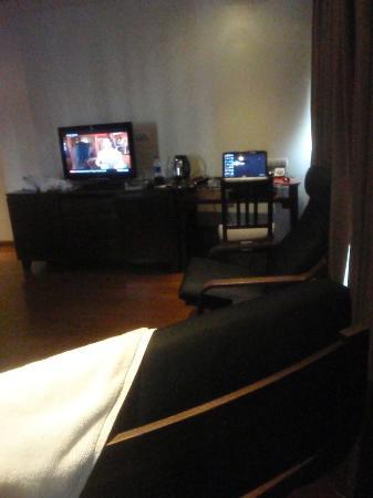 Hotel Mermaid Bangkok: English and Thai TV stations