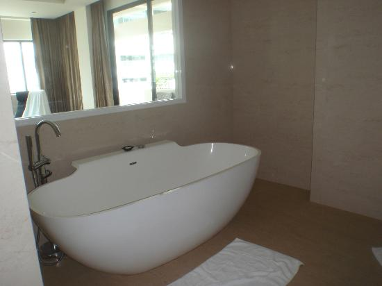 Hotel Mermaid Bangkok: Huge bath