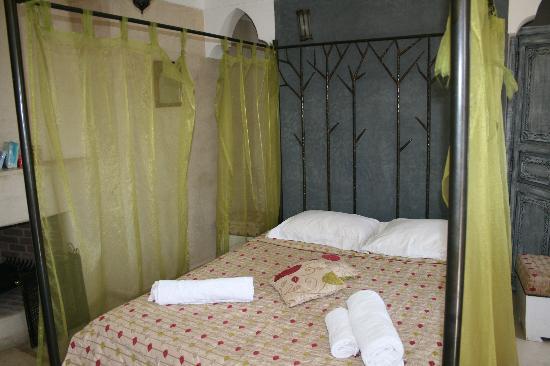 Riad Alamir: Cama del dormitorio situado en la planta superior/terraza
