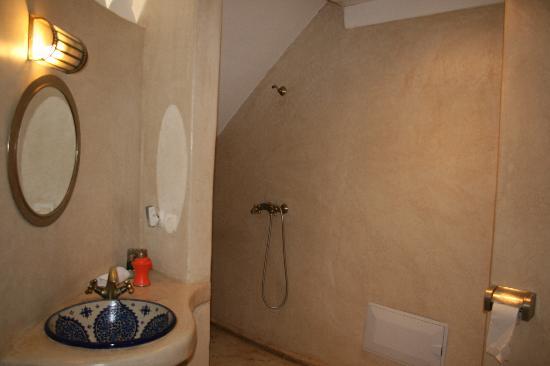 Riad Alamir: Baño de la habitación del piso superior o terraza