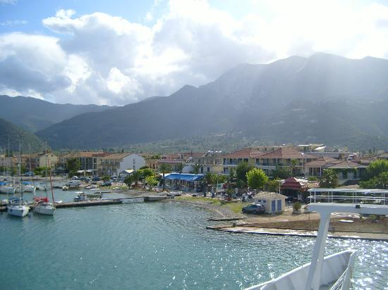 Yannis Aparthotel: view of Yannis from Meganissi ferry