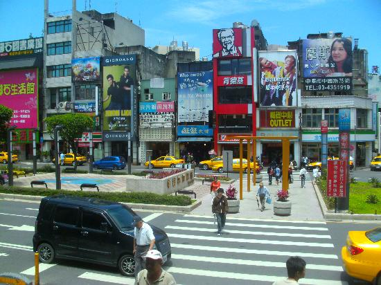 Zhongli, Taoyuan: Shops across the Train Station