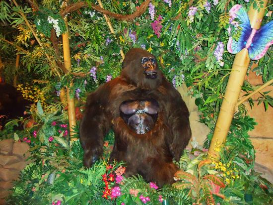 Rainforest Cafe: Big Gorilla next to our table