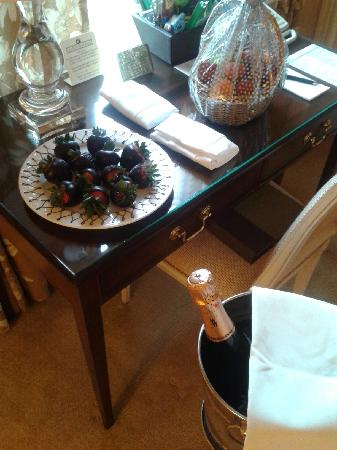 Bernards Inn: Strawberries, Fruit Basket, and Champagne awaited us in the suite