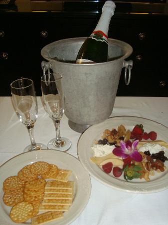 راديسون هوتل فارجو: Champagne & cheese platter