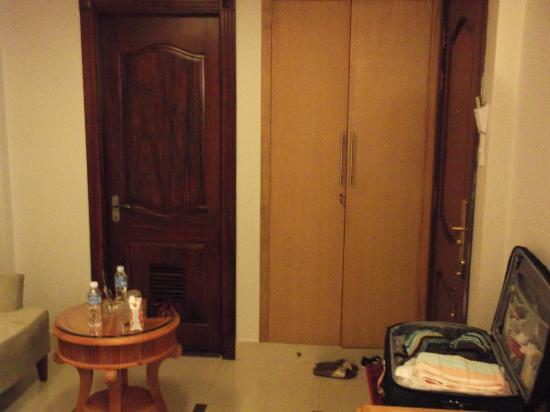 Roseland Point Hotel: DELUXE ROOM 1st FLOOR. left: bathroom. middle: closet. right: room door