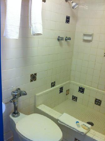 Casa Loma Inn: bathroom