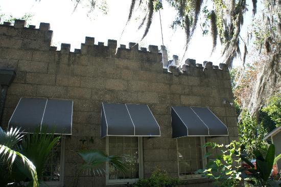 كاسل جاردن بد آند بركفاست: castle roof