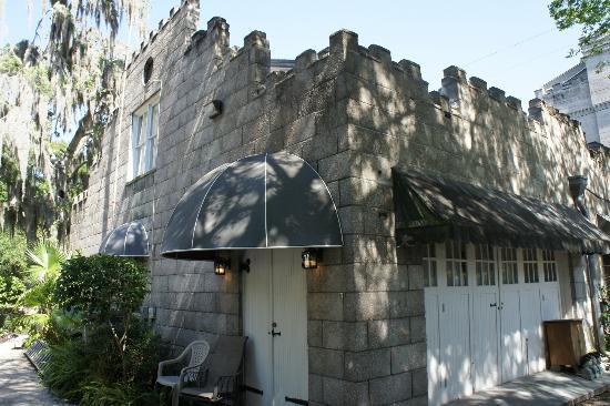 كاسل جاردن بد آند بركفاست: castle back side