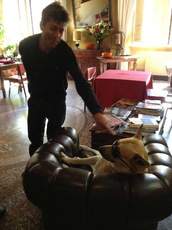 Bed & Breakfast La Romea: Giulio and the family dog wearing shades