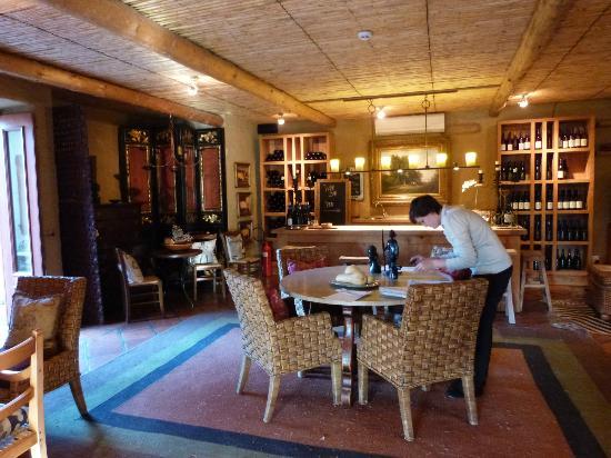 لا بيتي داوفين: bar in restaurant
