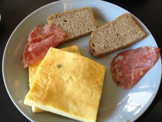 Oliv Cafe : omlette and salami, im still starving lol