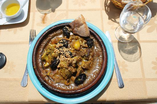 Restaurant Des Reves: Mmm le tajine de chèvre aux pruneaux et amandes... Je vs laisse découvrir le reste sur place...
