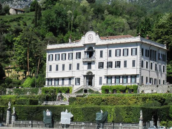 Tremezzina, Italië: Villa Carlotta as seen from the ferry boat