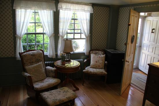 Waldo Emerson Inn: Sitting area in room.