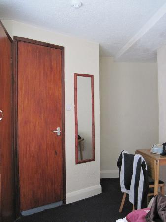 Monopole Hotel: ingresso camera e porta del bagno