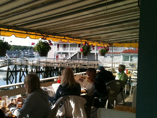 Blue Moon Cafe: happy customers on the deck