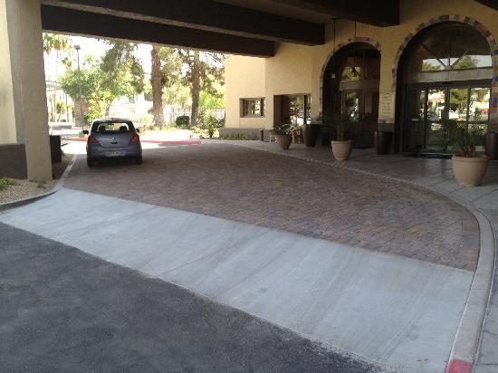Embassy Suites by Hilton Hotel Phoenix - Tempe: Our Port Cochere / arrival area